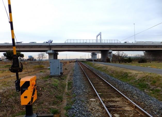 関東鉄道常総線の踏切から圏央道