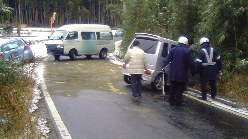 路面凍結で事故後に塩化カルシウムを撒いた状態